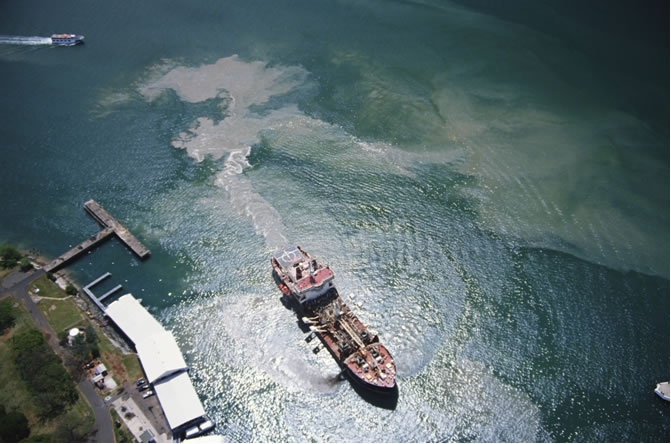 The ability to simulate oil slick drift is a valuable aid in support of efforts to stop ships flushing their tanks at sea. Crédits : CLS