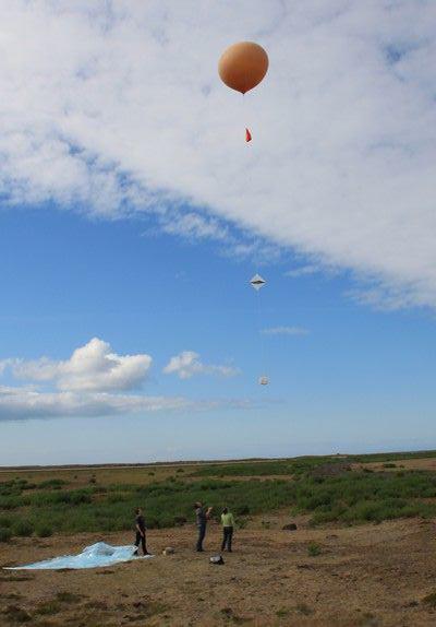 Lâcher du 1er ballon-sonde le 19 juillet à Keflavik, en Islande. Crédits : CNES.