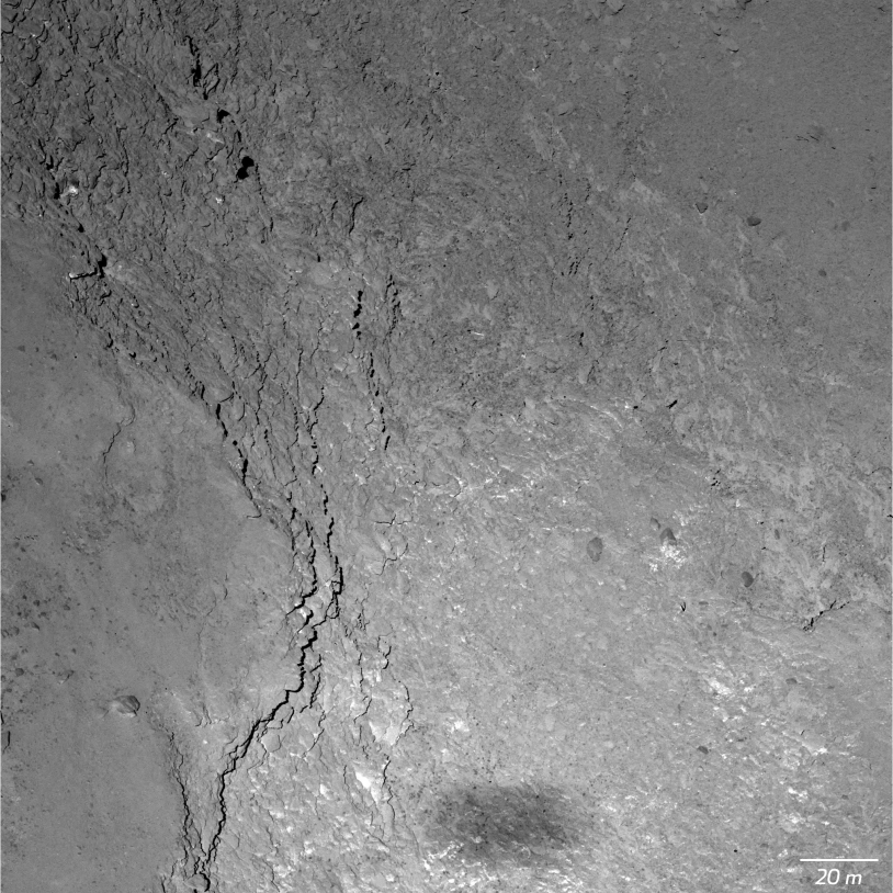 Gros plan de 67P (Imhotep) par la caméra OSIRIS-NAC, obtenu le 14 février 2015 à 6 000 m d'altitude (11 cm/pixel) ; l'ombre de Rosetta est visible en bas. Crédits : ESA/Rosetta/MPS for OSIRIS Team MPS/UPD/LAM/IAA/SSO/INTA/UPM/DASP/IDA.